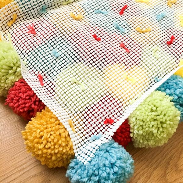 idée diy tapis pompon