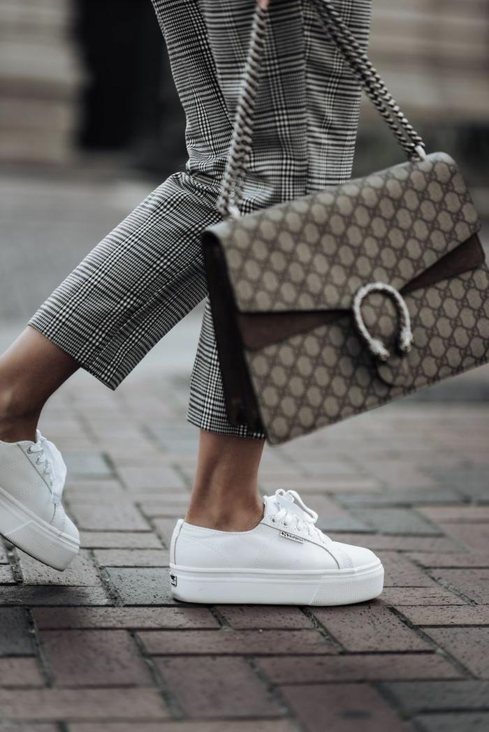 pantalon à carreaux et basket compensée blanche