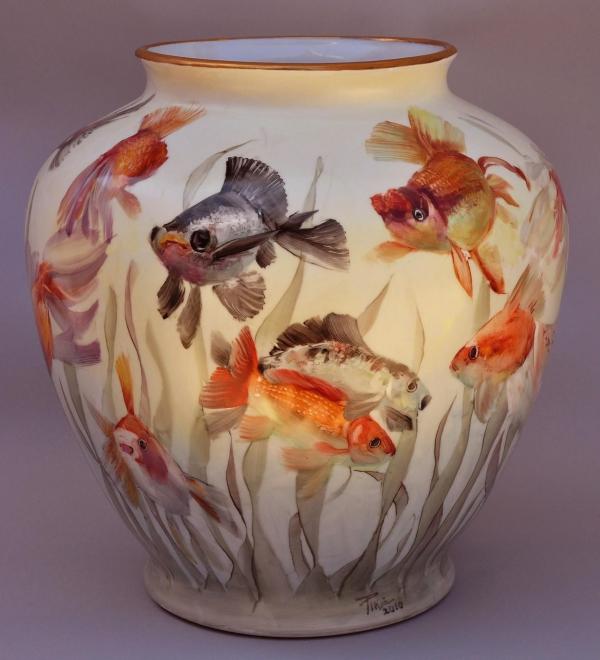 peinture sur porcelaine un vase aux poissons dessinés
