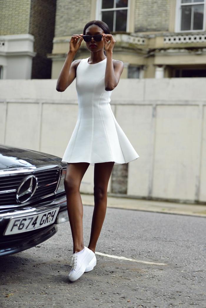 petite robe blanche avec basket compensée blanche