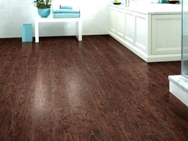 Revêtement sol lino imitation bois foncé salle de bain