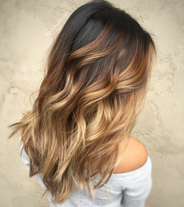balayage caramel cheveux bruns ondulés