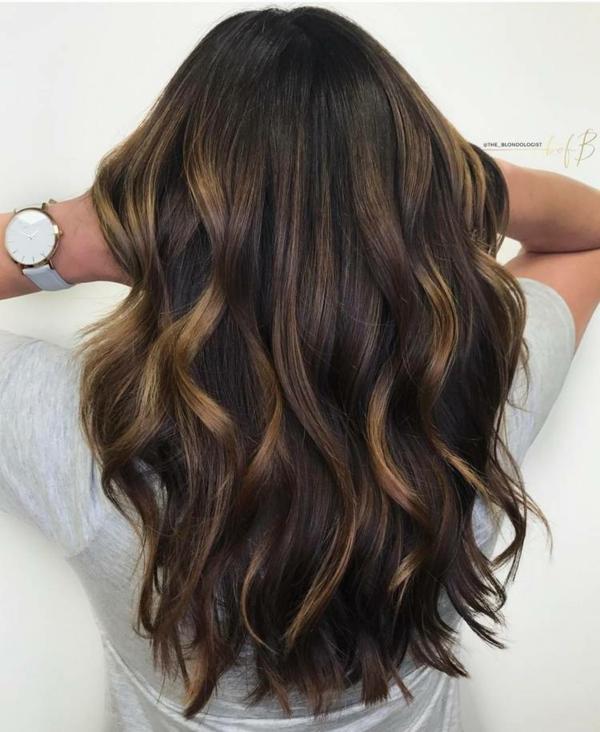 balayage caramel cheveux longs couleur de base brun