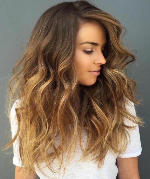 balayage caramel cheveux longs ondulés