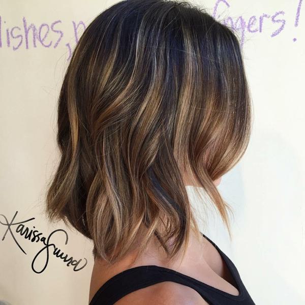 balayage caramel coupe cheveux carré plongeant wavy