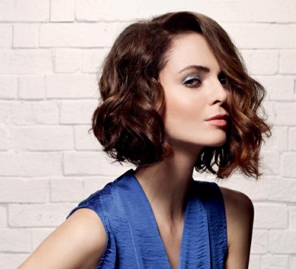 carré wavy asymétrique coiffure femme tendance