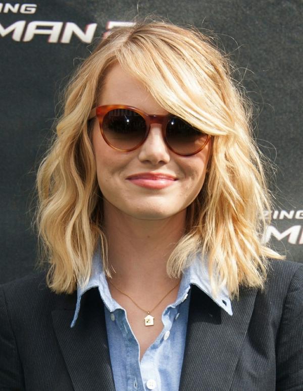 carré wavy avec frange de côté cheveux blonds