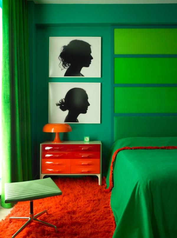 chambre éclectique peinture vert émeraude tapis et table de chevet rouge