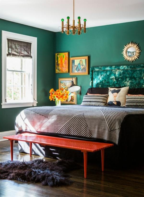 chambre peinture vert émeraude art mural banc bout de lit orange