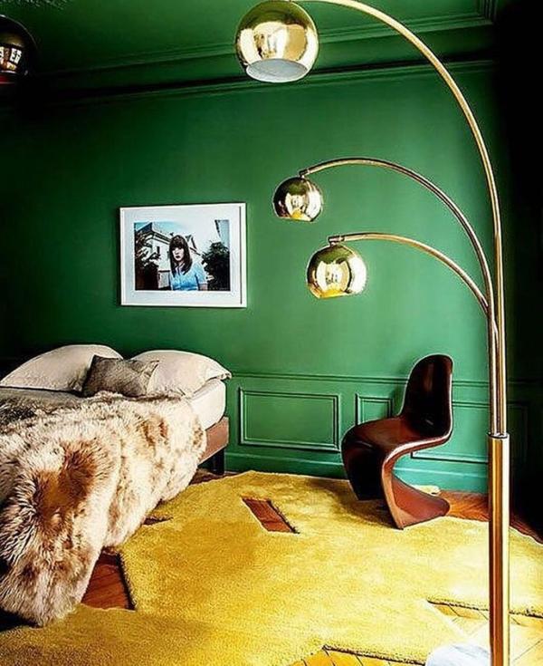 chambre peinture vert émeraude tapis jaune couverture fausse fourrure
