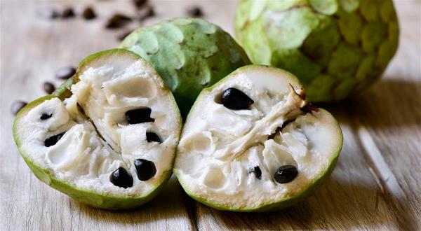 cherimoya coupé en deux