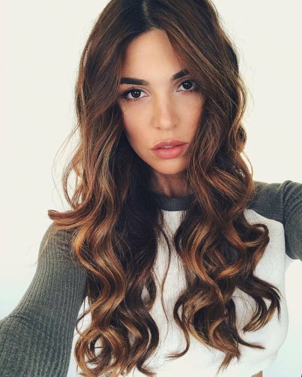 cheveux longs bouclés balayage caramel