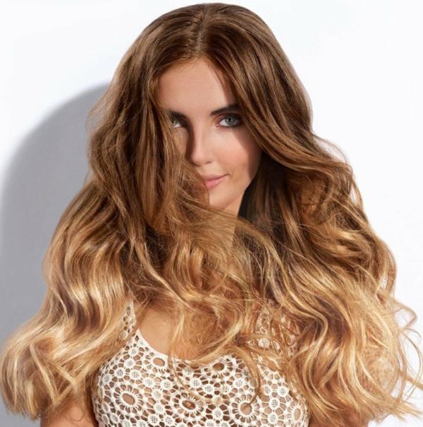 cheveux longs châtaigne foncé balayage caramel