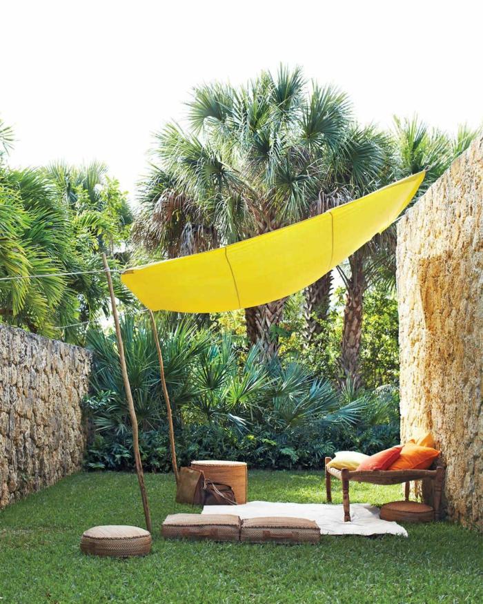coin détente jardin idée avec voile d'onbrage jaune