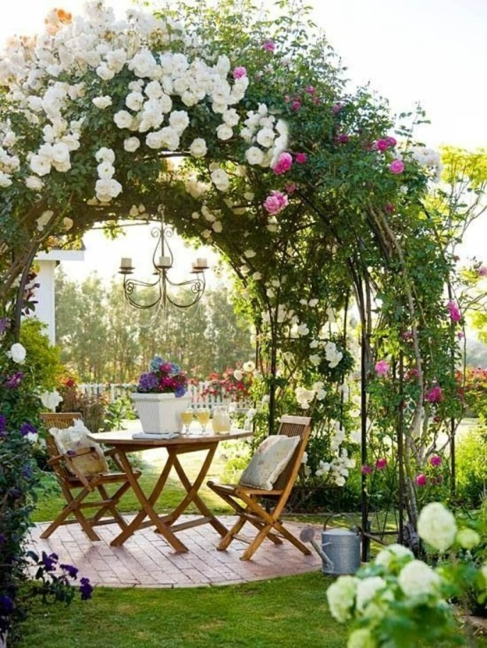 coin détente jardin sous une arche fleurie