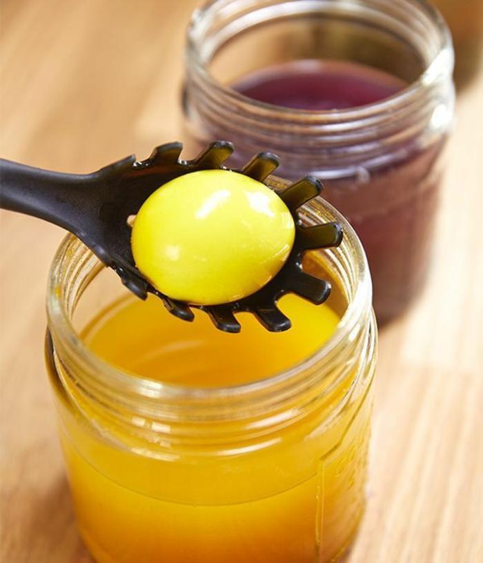 colorant jaune avec curcuma pour un oeuf de pâques