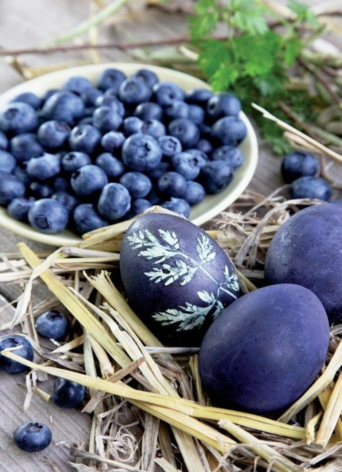colorant végétal avec bleuets pour oeuf de pâques