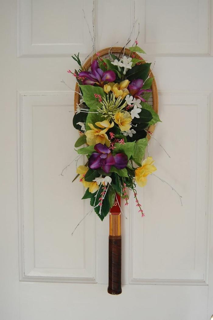 déco porte d'entrée avec une raquette de tennis avec des fleurs