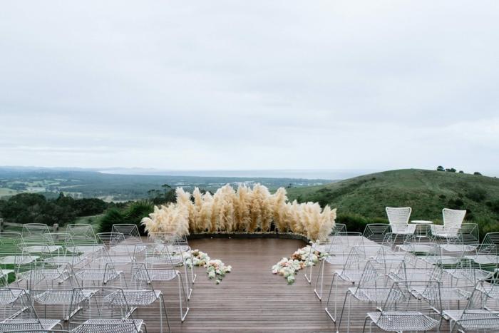 déco unique mariage en plein air avec herbe de la pampa