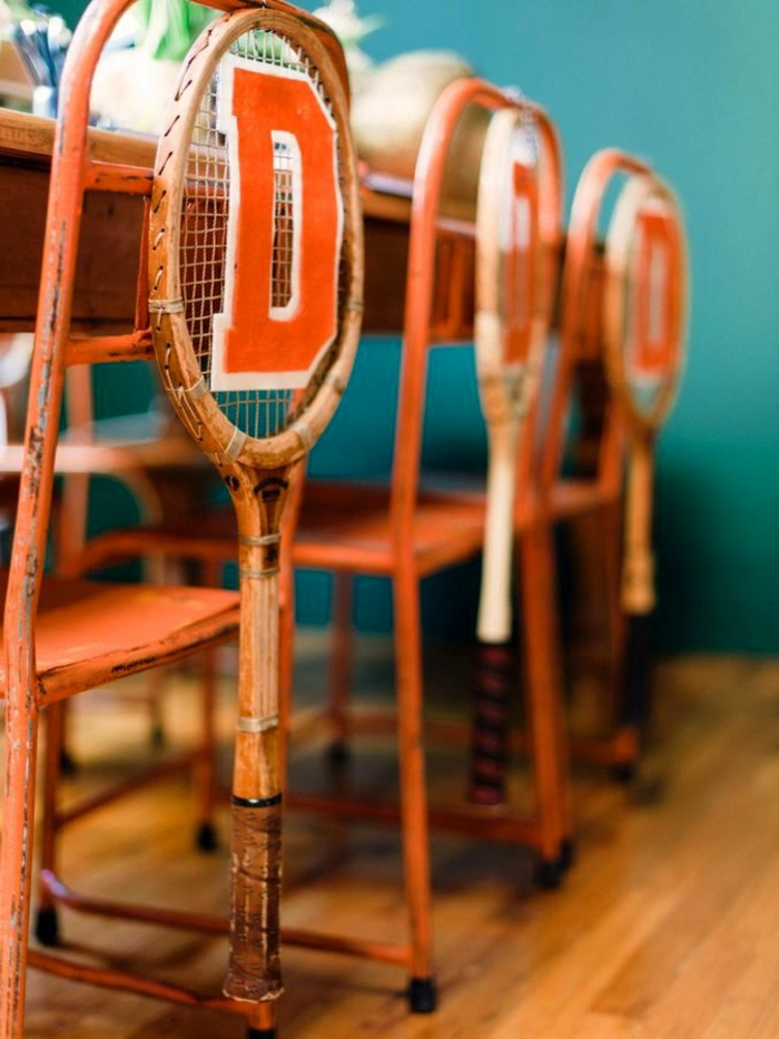décoration originale de chaise avec raquette de tennis