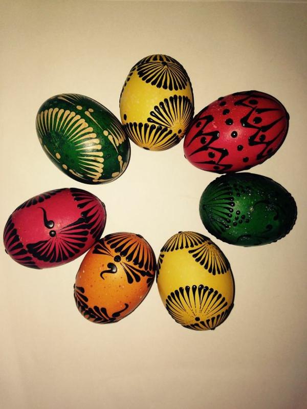 façons créatives de décorer un œuf de Pâques cire d'abeille