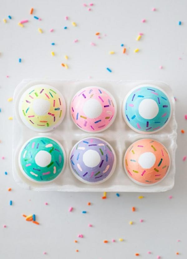 façons créatives de décorer un œuf de Pâques effet donuts