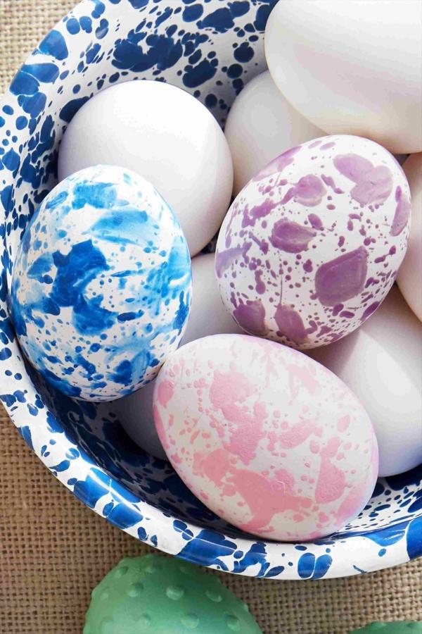 façons créatives de décorer un œuf de Pâques effet taches de peinture