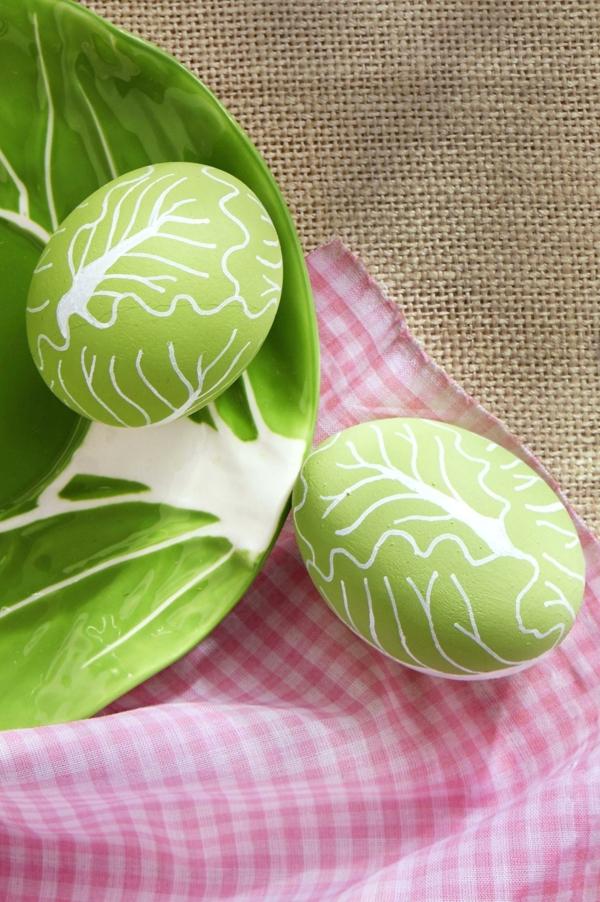 façons créatives de décorer un œuf de Pâques peinture acrylique verte veines stylo blanc à pointe fine