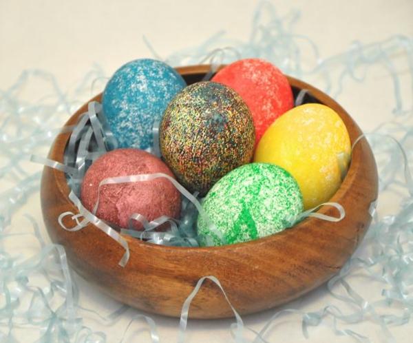 façons créatives de décorer un œuf de Pâques peinture paillettée
