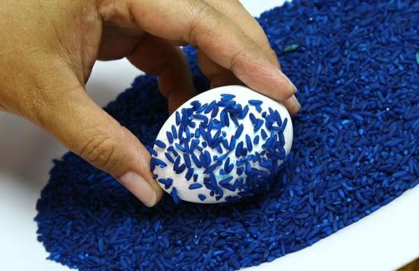 façons créatives de décorer un œuf de Pâques riz coloré
