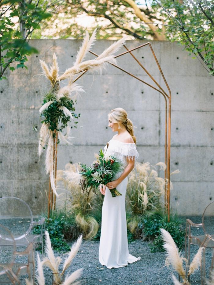 herbe de la pampa pour décorer l'arche de mariage en laiton