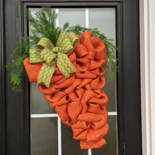 idée décoration de pâques à faire soi-même déco de porte carotte en toile de jute