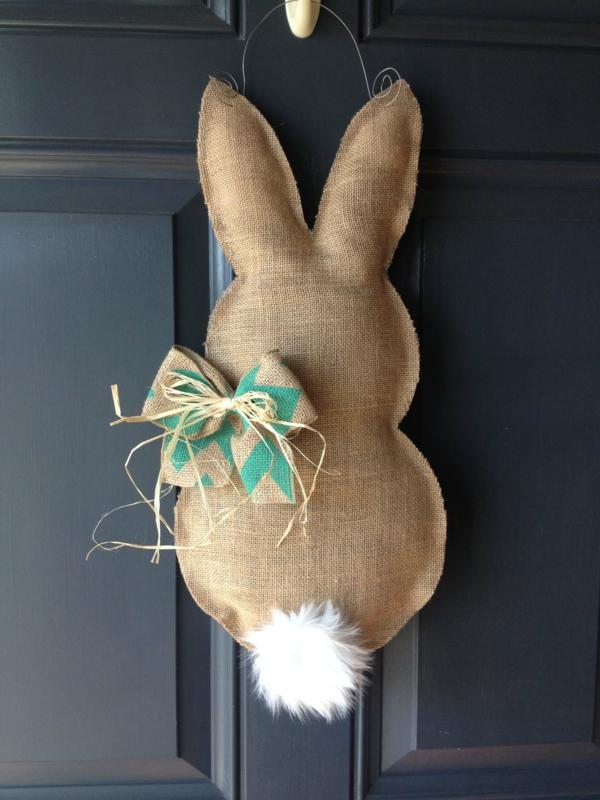 idée décoration de pâques à faire soi-même déco de porte lapin en toile de jute
