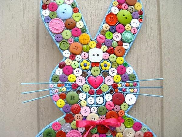 idée décoration de pâques à faire soi-même lapin en boutons déco de porte