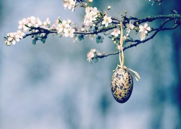 idée décoration de pâques à faire soi-même oeufs suspendus dans les arbres