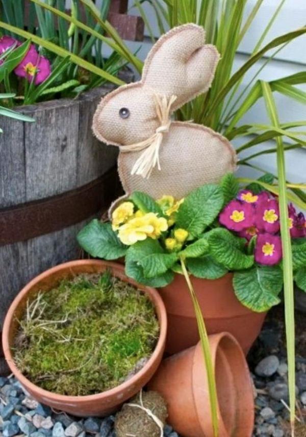 idée décoration de pâques extérieur à faire soi-même lapin de pâques en toile de jute