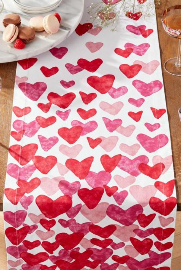 idée de déco saint-valentin à faire soi-même chemin de table peint