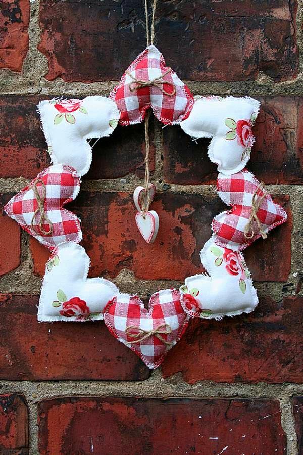 idée de déco saint-valentin à faire soi-même couronne coeurs en textile
