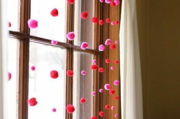 idée de déco saint-valentin à faire soi-même déco de fenêtre pompons