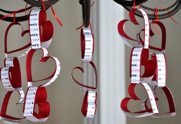 idée de déco saint-valentin à faire soi-même guirlandes coeurs carton