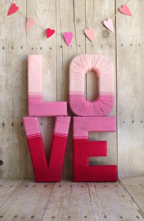 idée de déco saint-valentin à faire soi-même lettres habillées de fil coloré