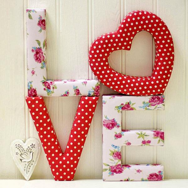 idée de déco saint-valentin à faire soi-même lettres habillées de papier coloré
