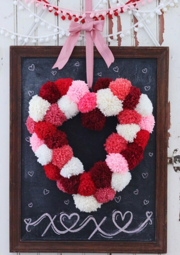 idée de déco saint-valentin à faire soi-même tableau ardoise couronne en pompons