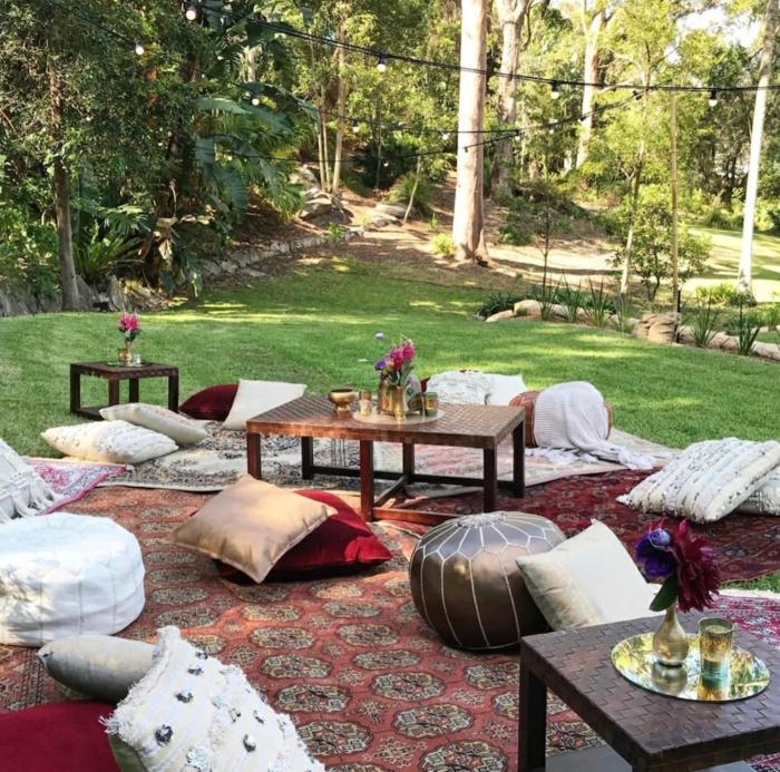 idée originale de coin détente jardin avec des coussins