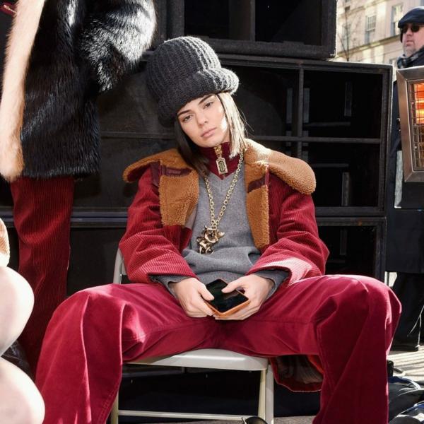 mode femme manteau rouge velours côtelé pantalon large en rouge