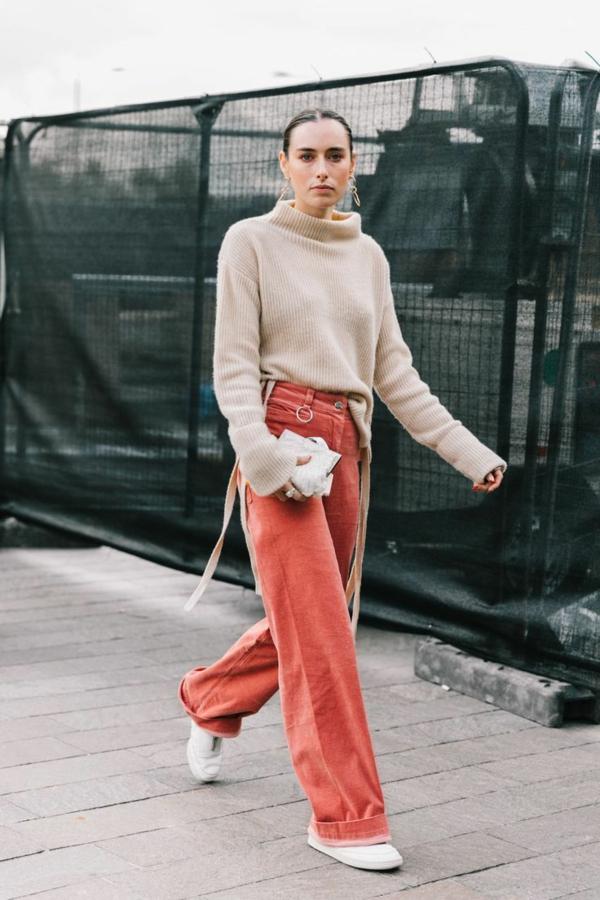 mode femme pantalon évasé rose saumon velours côtelé pull beige