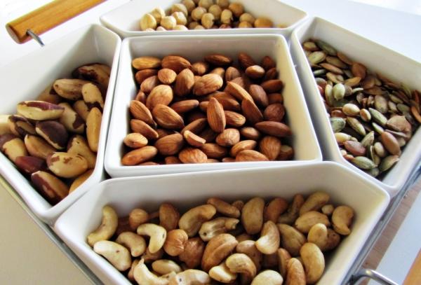 plante cacahuète un plateau aux cacahuètes