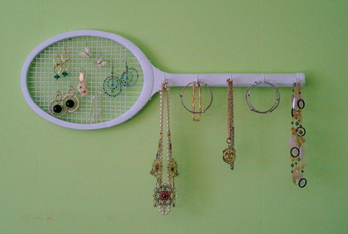 rangement bijoux idée avec raquette de tennis