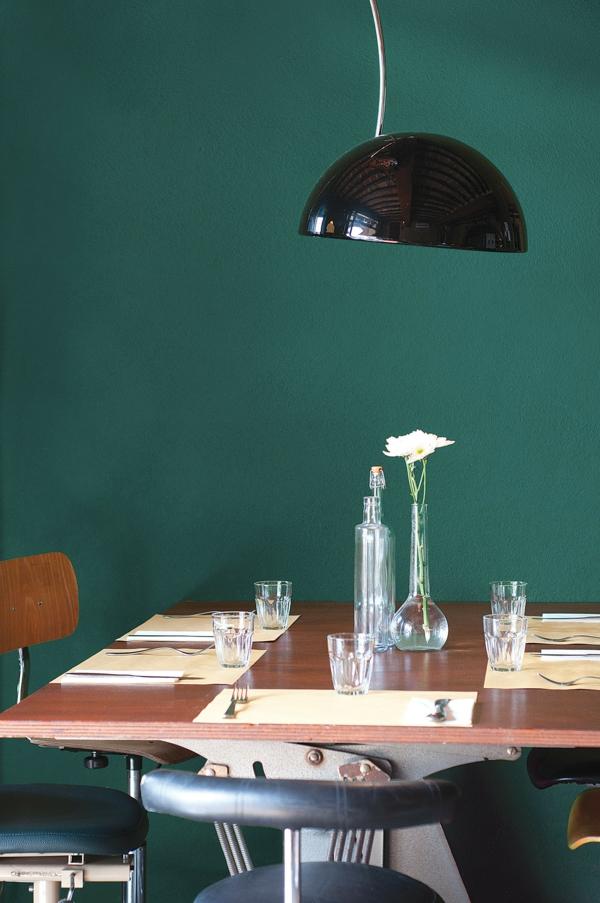 salle à manger industrielle peinture vert émeraude