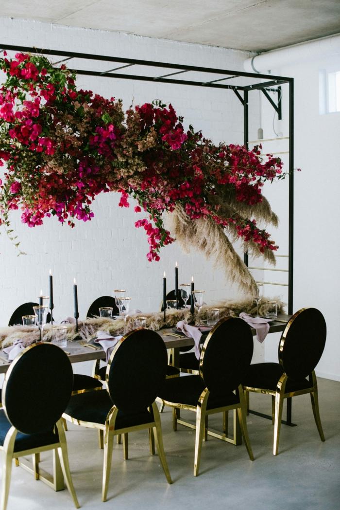 table-mariage-déco-avec-roses-et-herbe-de-la-pampa